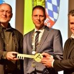 15. April 2016: Zur Eröffnung des AURELIUM übergibt Architekt Manfred Blasch den Schlüssel an Bürgermeister Hauner und Leiter Klaus Wenk. Foto: Archiv/ Staudinger