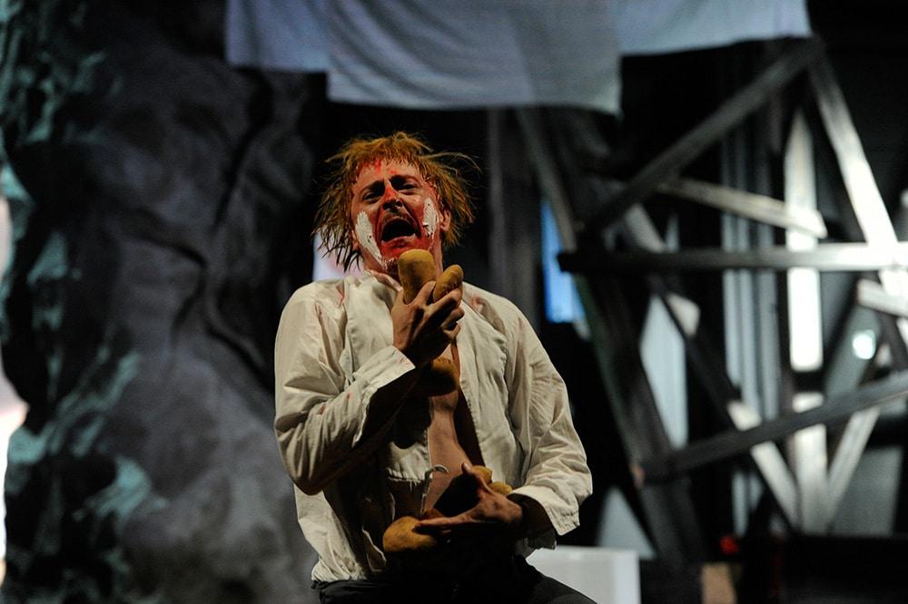 Zwischen Unvermögen und Wahnsinn: Wadzek, gespielt von Patrick O. Beck. Foto: Martin Kaufhold / Theater Regensburg.