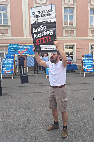 """""""Deutschland lieben lernen"""". AfD-Funktionär Christian Stahl beim Versuch der Dialogaufnahme mit Gegendemonstranten. Foto: Greller"""