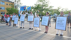 """""""Straße der Menschenrechte"""" bei der Gegendemo. Foto: Baumgärtner"""