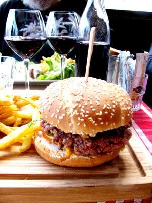 Alles und wirklich jeder macht auf einmal den allerbesten Burger, mit dem allerbesten Fleisch, den fluffigsten Buns, der allerbesten Soße, dem frischesten Salat und natürlich den handgeschnitztesten Kartoffelspalten. Foto: Wikimedia Commons