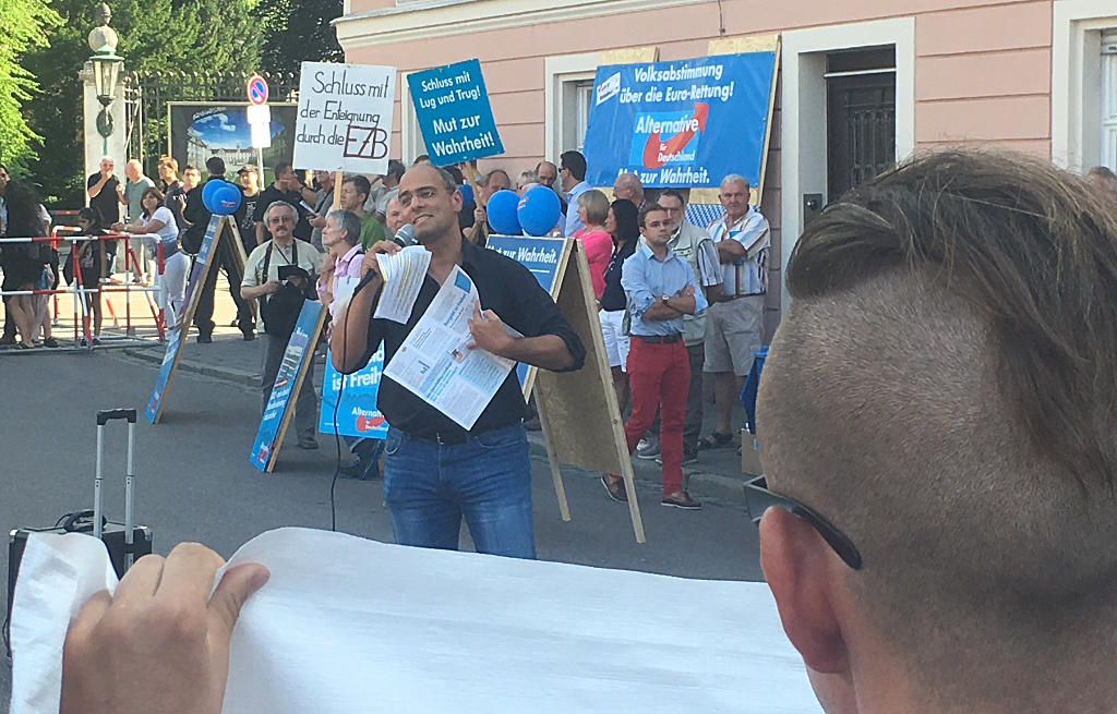 Redete unbeeindruckt gegen die Proteste an : Peter Boehringer. Foto: as