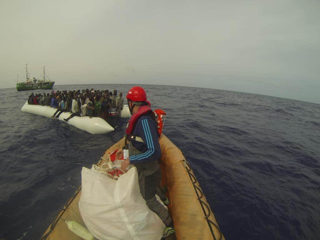 Rettungseinsatz: Ein Beiboot der Sea-Eye bringt