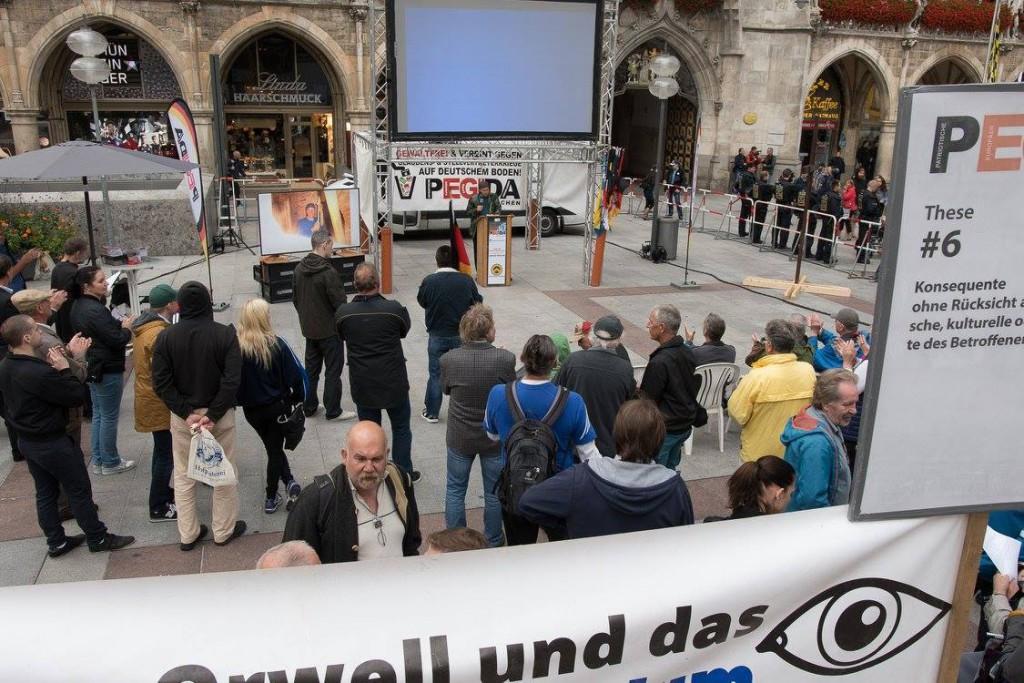 """""""Kaffeekränzchen"""" unterm Flatscreen: typisches Bild einer Pegida-Kundgebung in München. Foto: Witzgall"""