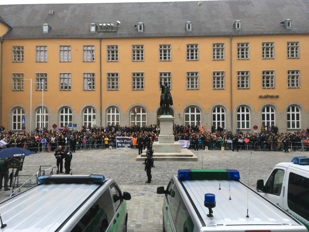 Nach Polizeiangaben demonstrierten über 1.000 Menschen gegen Pegida. Fotos: as