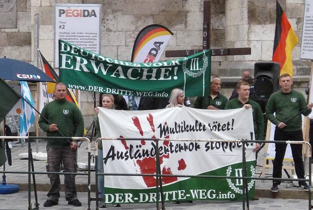 """Ohne die Neonazispartei """"Der III. Weg"""" wäre die Pegida-Kundgebung einstellig gewesen."""