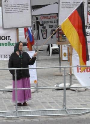 Demonstrierende Pegida-Frau.
