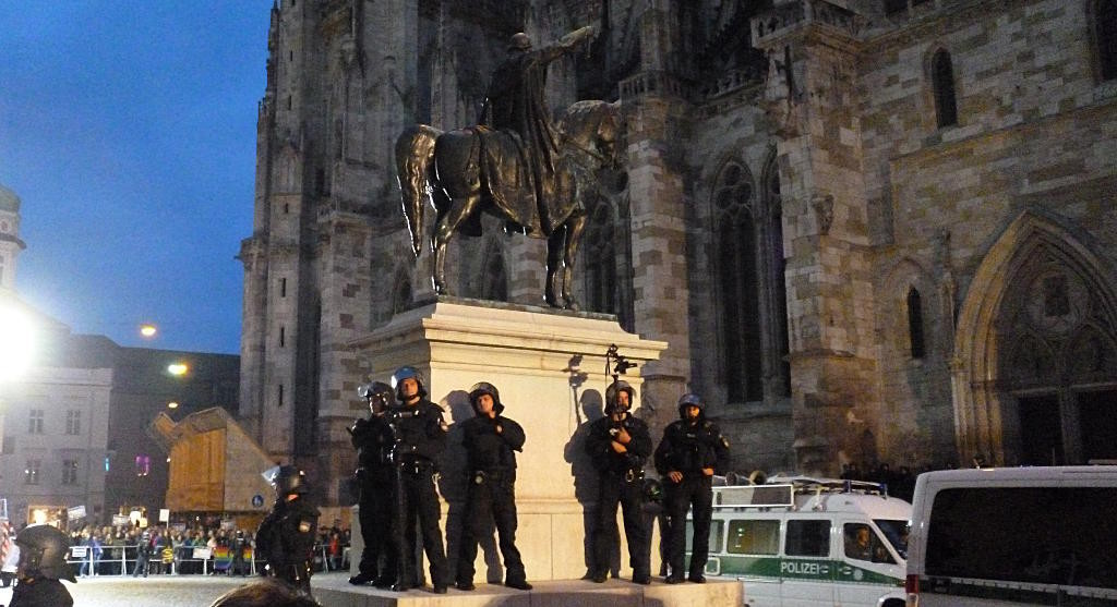 Auf Wasserbomben-Werfer reagierte die Polizei mit Durchsagen, Kameras und Beamten in der Gegendemo.