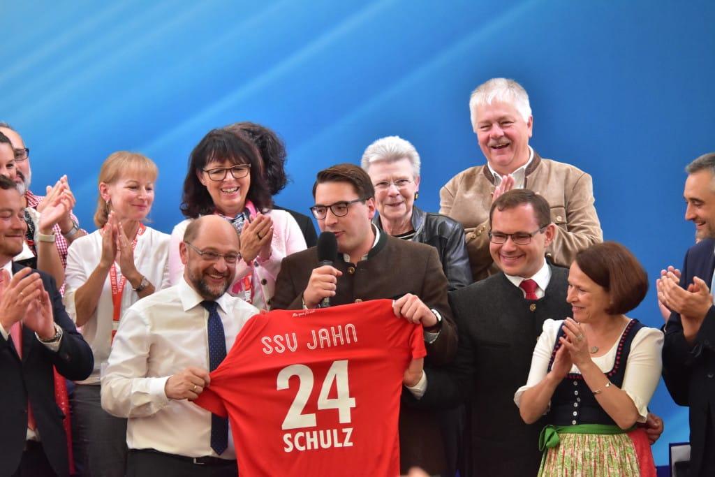 Schulz bekam ein SSV-Jahn-Trikot als Gastgeschenk. Bild: Staudinger