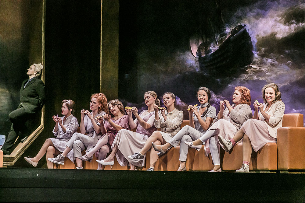 Die Frauen der Seemänner werden in der Regensburger Inszenierung vollends zum Klischee. Foto: Jochen Quast / Theater Regensburg.