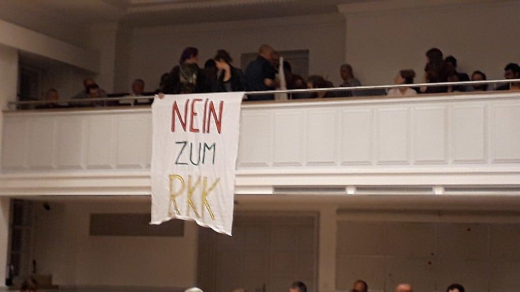 Der Politaktivist Kurt Raster und einige Mitstreiter protestierten auf der Zuschauertribüne. Foto: Bothner