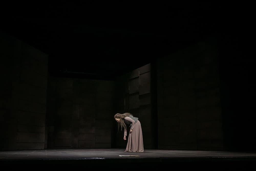"""Spielte sich bis in den emotionalen Ausnahmezustand: Andine Pfrepper als Elisabeth I. in """"Maria Stuart"""". Foto: Jochen Quast / Theater Regensburg."""