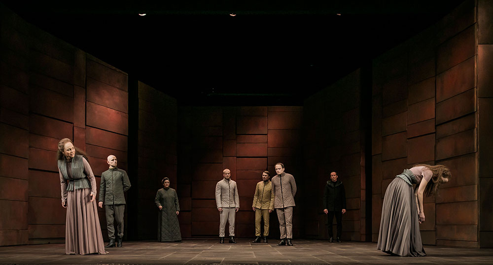 """Starke Standbilder: Lichtkonzept und die Bespielung des Bühnenraums überzeugten in """"Maria Stuart"""" besonders. Foto: Jochen Quast / Theater Regensburg."""