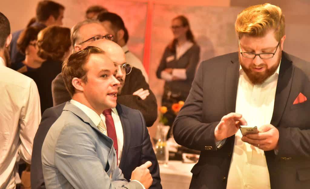 Die AfD-Funktionäre Jakob Kerler und Vadim Derksen bei der städtischen Wahlveranstaltung im Leren Beutel. Foto: Staudinger
