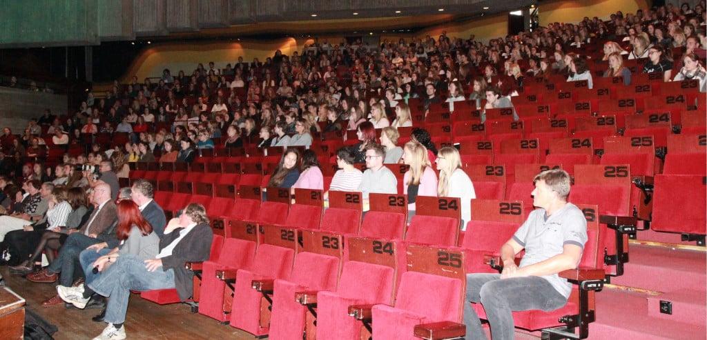F+ür die Einführungsveranstaltung musste die OTH in das Audimax der Universität ausweichen. Foto: Bothner