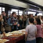 Die Fachschaft lud die knapp 500 Erstsemester zum Frühstück ein. Foto: Bothner