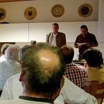 Ein Bild aus glücklicheren Tagen: Josef Schmid und sein Geschäftsführer bei einer Bürgerversammlung in Wenzenbach. Foto: Ostbayern-Kurier