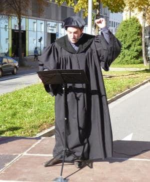 """""""...damit nicht das ganze Volk verdorben werde."""" Luther predigt in der nach ihm benannten Straße gegen die Juden. Foto: as"""