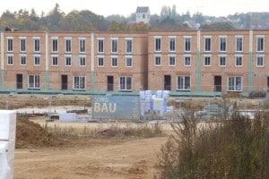 Einfamilienhaus oder Geschosswohnungsbau? Je nach Betrachtung dieser Bebauung am Brandlberg ergibt sich eine höhere oder niedrigere Verpflichtung zum Bau geförderten Wohnraums.