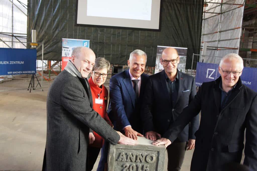 OB Joachim Wolbergs (von links), RTG Geschäftsführerin Sabine Thiele, Reinhard Griebl, IZ-Chef Thomas Dietlmeier und Architekt Ulrich Dotter legten symbolisch den Grundstein. Foto: Lex