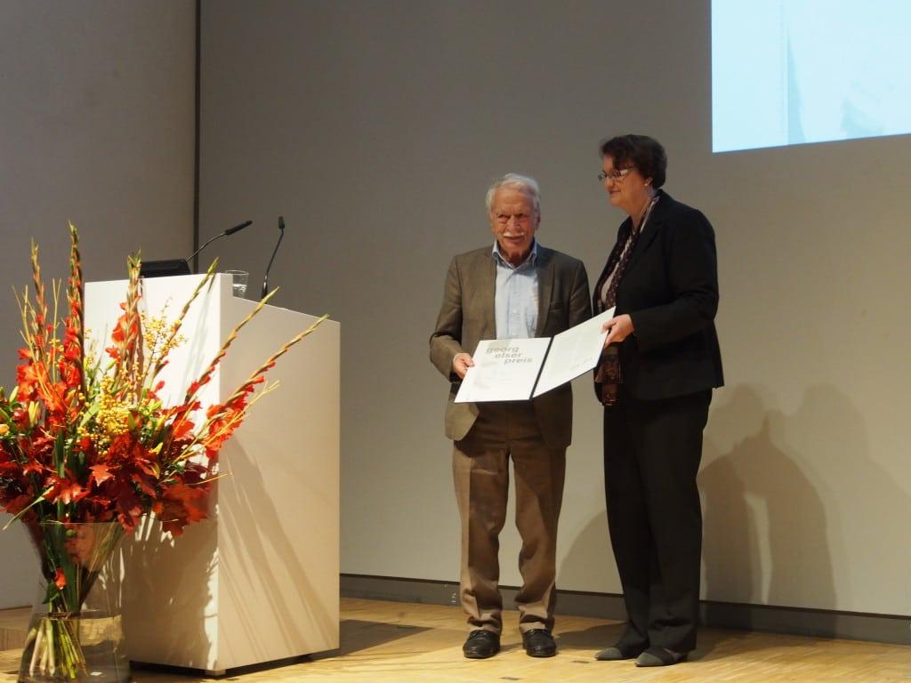 Bürgermeisterin Christine Strobl überreicht Ernst Grube den Preis: Foto: Werner