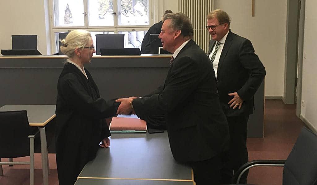 Ein seltenes Bild: Staatsanwältin Christine Ernstberger gratuliert Josef Schmid (mit Strafverteidiger Jan Bockemühl) zum Freispruch.