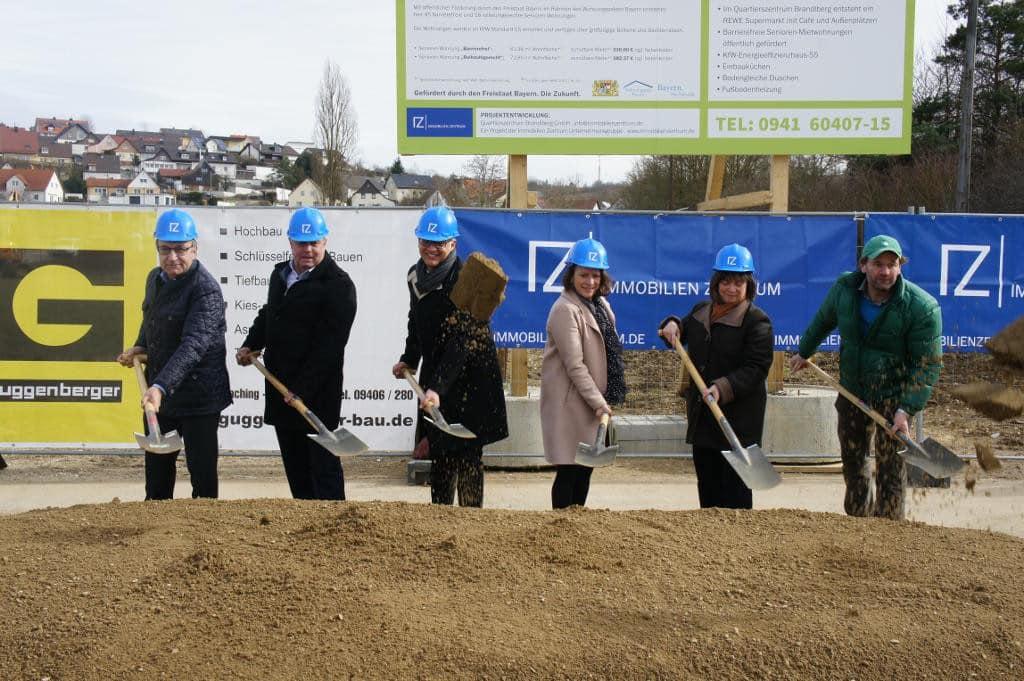"""2017: Spatenstich für das """"Quartierszentrum"""" am Brandlberg mit Bürgermeisterin Gertrud Maltz-Schwarzfischer."""