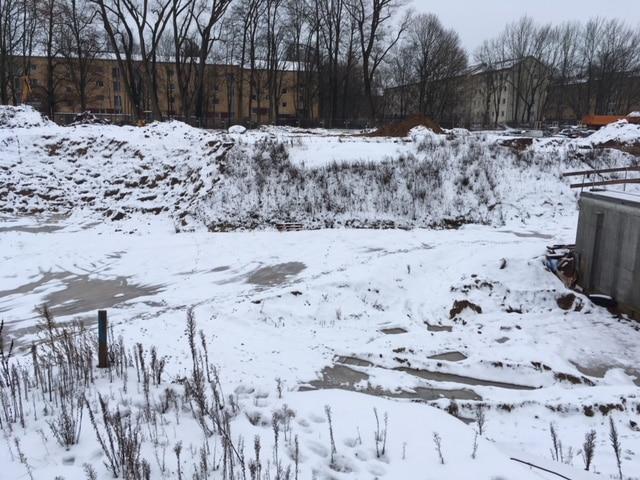 Foto vom Montag: Die Baustelle für den öffentlich geförderten Wohnungsbau liegt nach wie vor brach.