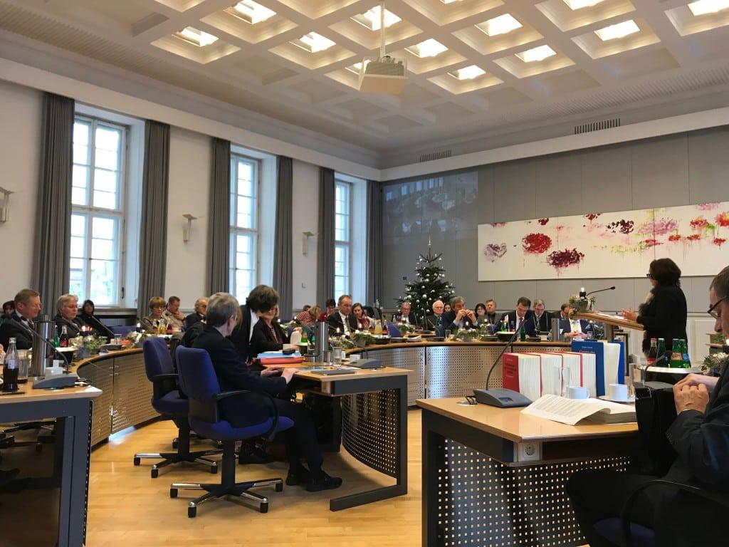 """Malta-Schwarzfischer stellt die """"soliden Finanzen"""" der Stadt Regensburg vor. Foto: om"""