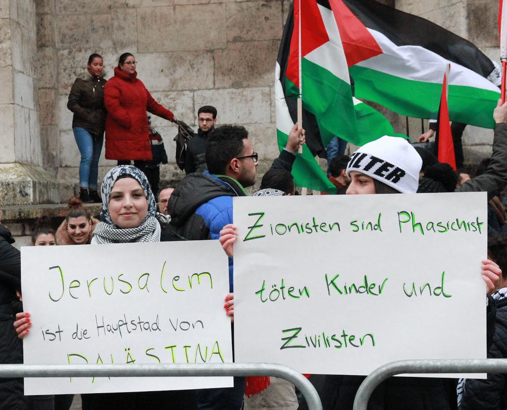 """""""Zionisten sind Phaschist..."""". Antisemitische Demostration am Samstag auf dem Domplaatz. Foto: Bothner"""