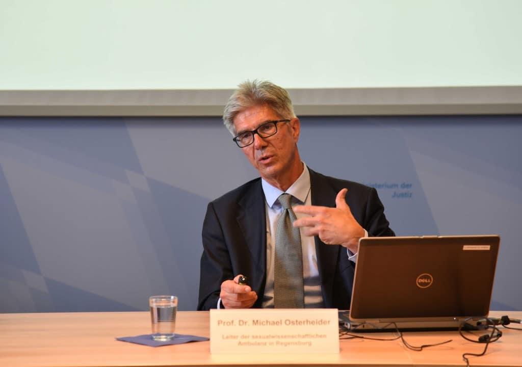 Professor Michael Osterheider bei einem Vortrag im Bayerischen Justizministerium im Juli 2017. Foto: Justizministerium